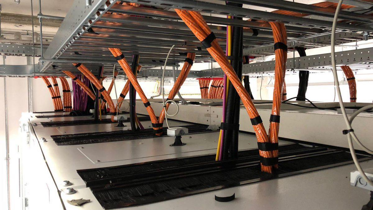 Bekabeling datacenter glasvezel koper cat6a serverroom SER MER